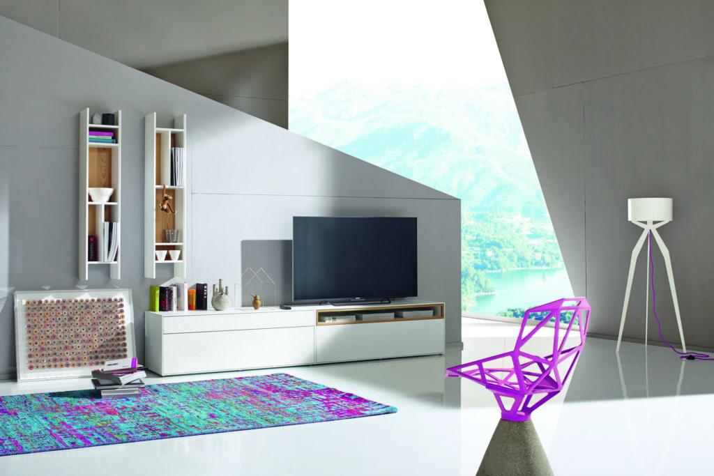 Die beiden Hänge-Regale der NOW! EASY Wohnwand können sowohl horizontal als auch vertikal an der Wand aufgehängt werden.