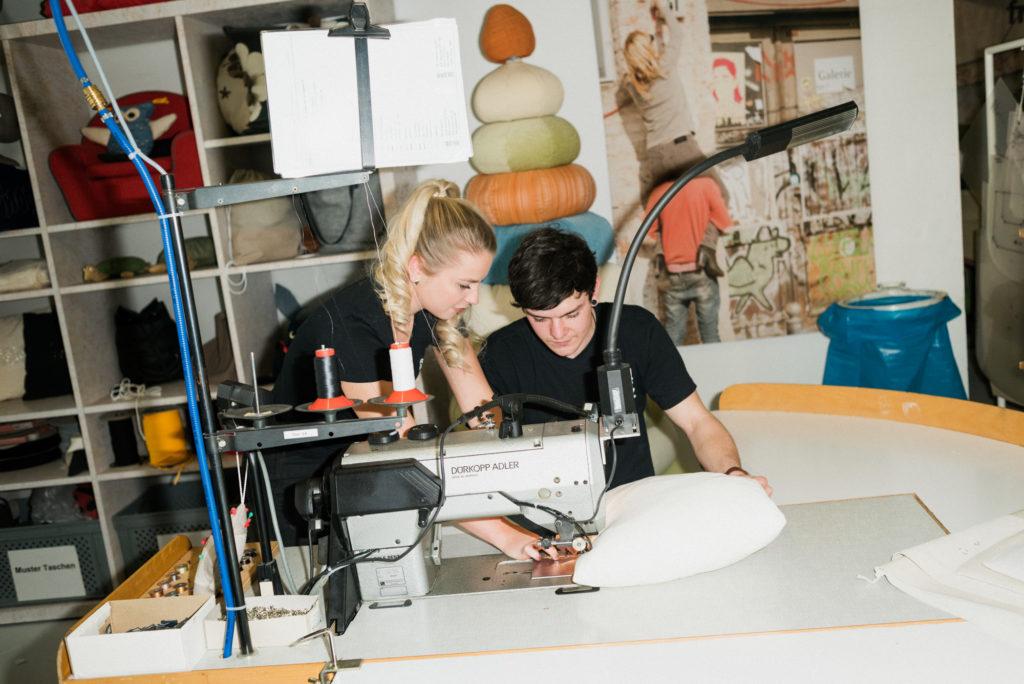Allen freistil-Erzeugnissen kommt also die gleiche handwerkliche Präzision zugute, die auch Rolf Benz-Möbel erfahren