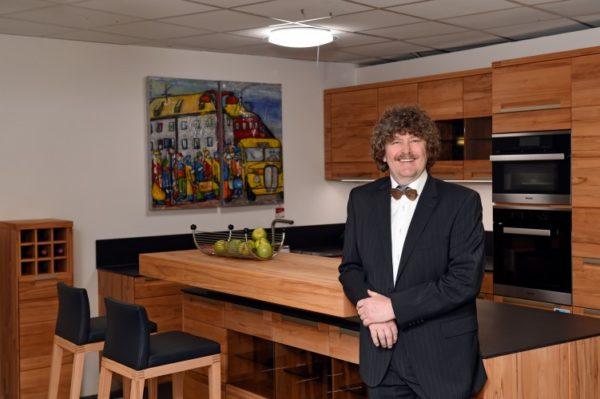 Matthias Wurster vor Massivholz-Küche