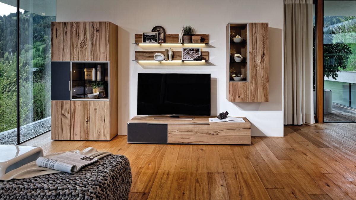 Typisch moderne Einrichtung - Klare Linien und chrakterstarke Maserung. Das puristische Design hat Auswirkungen auf den Stauraum. (BILD VOGLAUER V-Alpin)