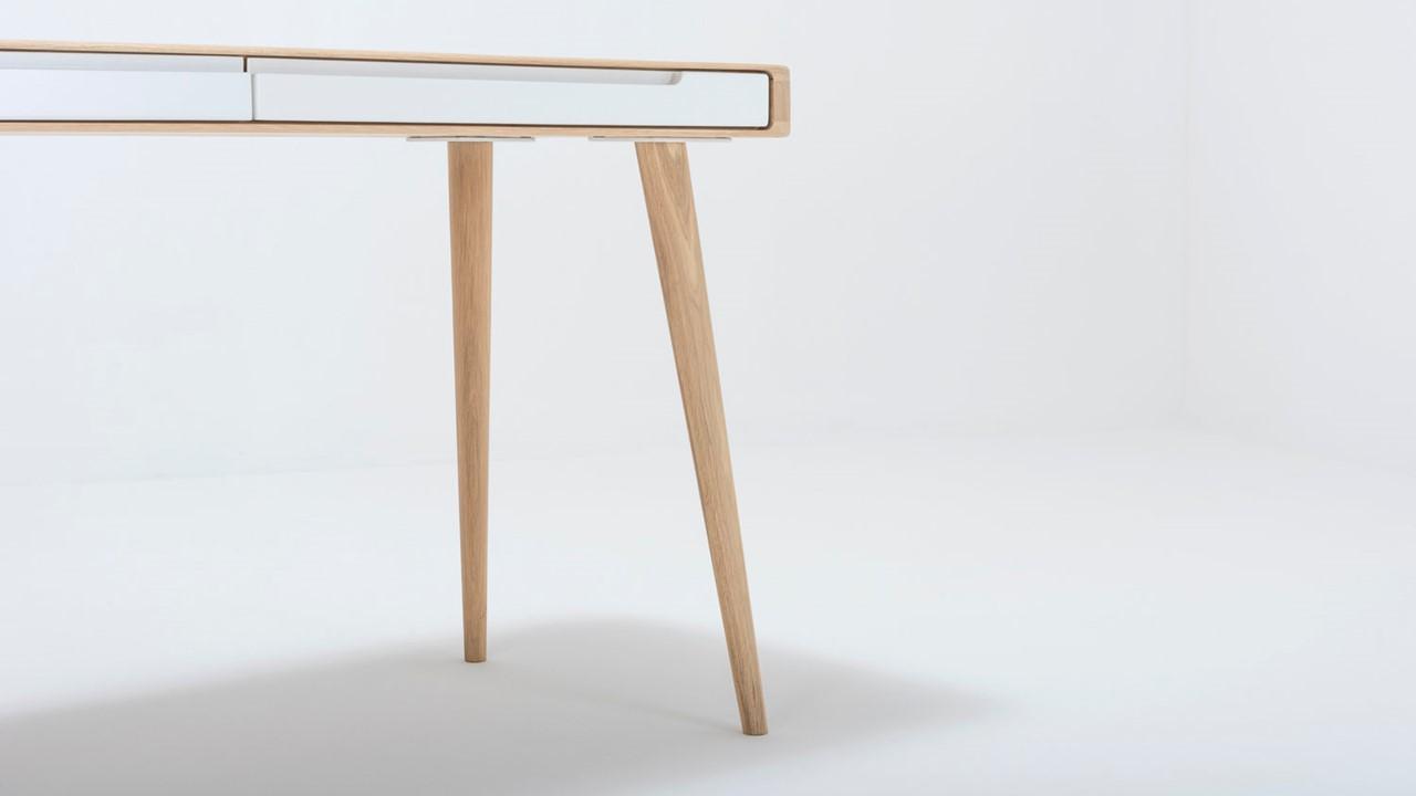 Der Massivholz-Schreibtisch begeistert mit einem filigranen Design.