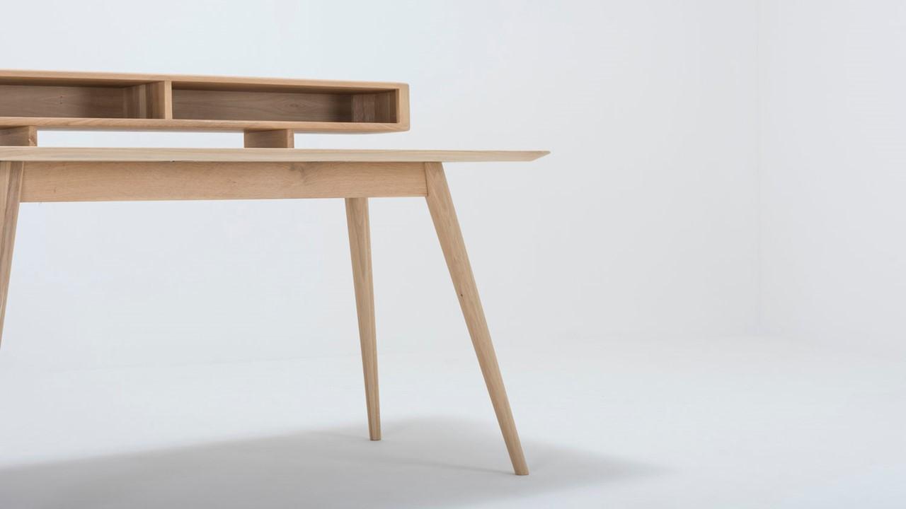 Die Designsprache von diesem GAZZDA Schreibtisch ist durch und druch Hygge-tauglich. Wir ordnen ihn deshalb im Scandinavischen Stil ein.