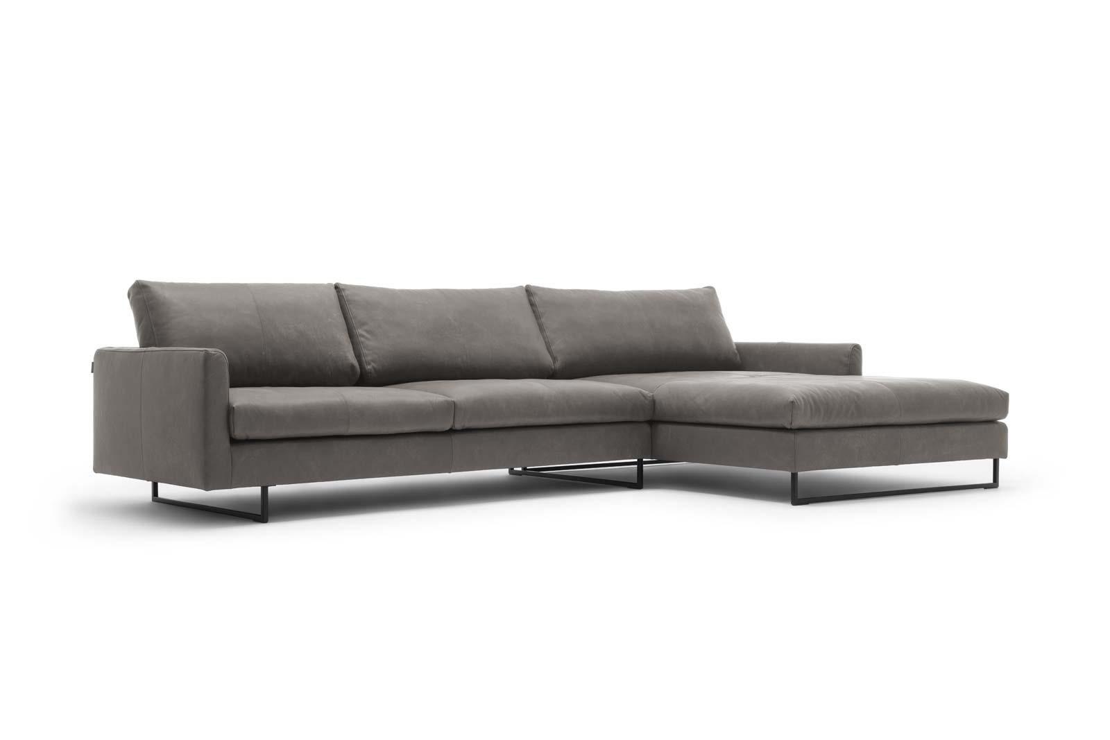 freistil 12 Sofa mit Longchair rechts, auf Stahlkufen – Höhe 12 cm x  Breite 12 cm x Tiefe 12 cm – Alle 12er Leder möglich