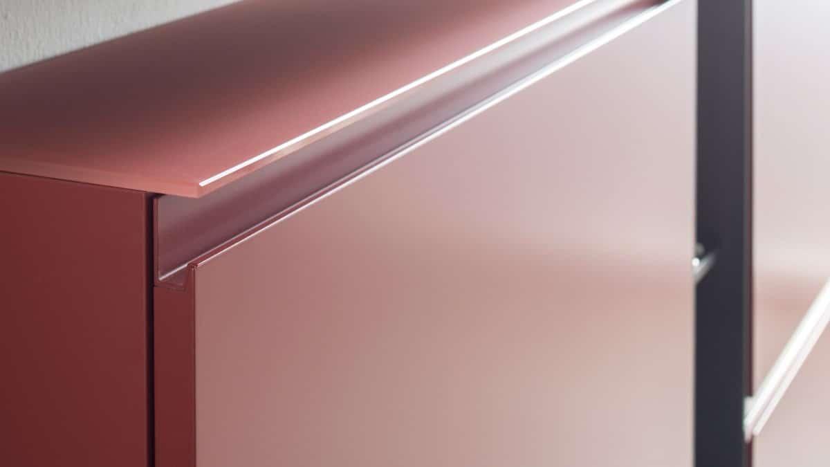 Sudbrock setzt in der Produktion auf umweltfreundliche, lösungsmittelfreie Hydro-UV-Wasserlacke. Dadurch entstehen exzellente Oberflächen.