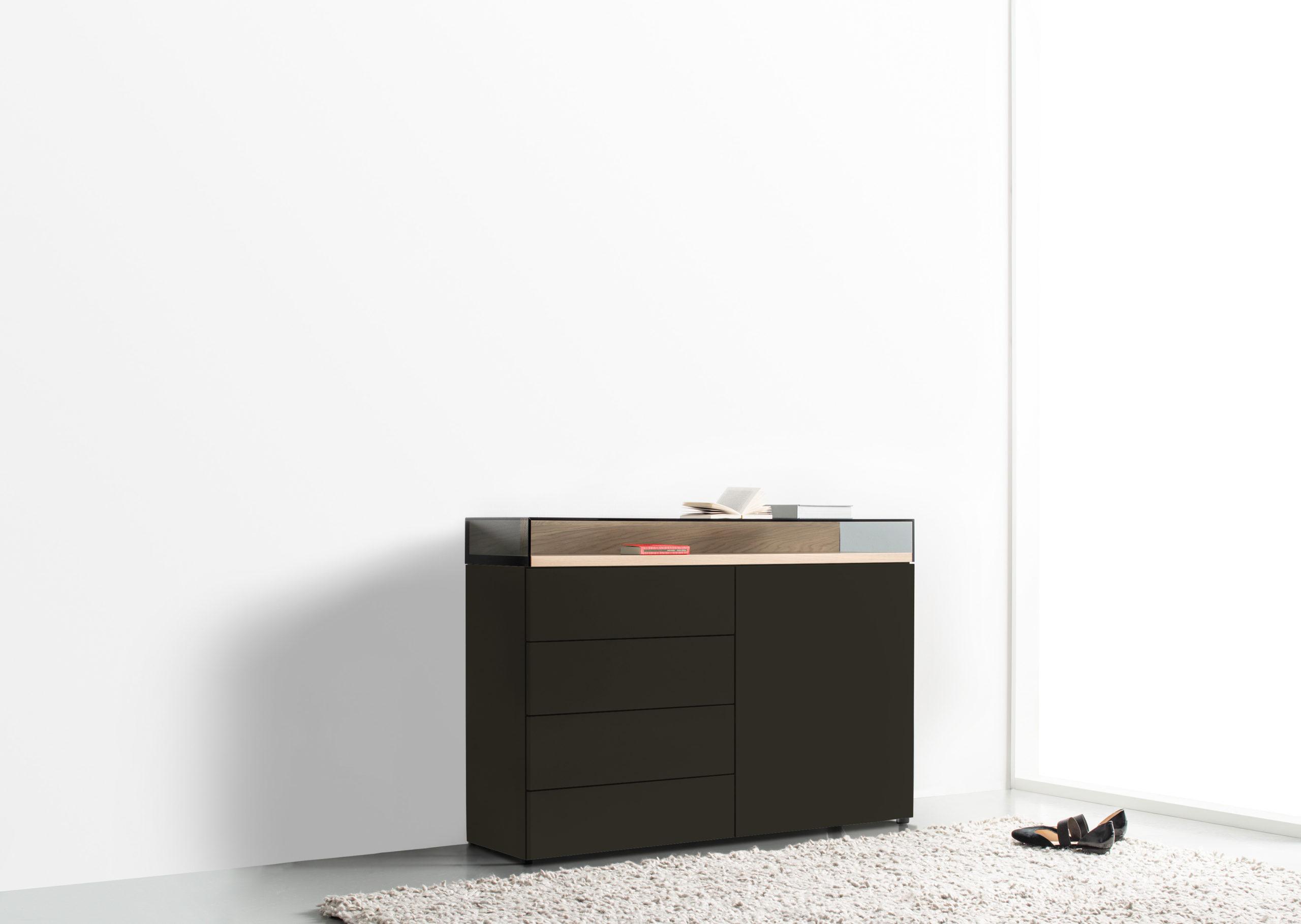 Sudbrock KAYA Sideboard mit Glasaufsatz, stehend auf Doppelfuß in der Ausführung Lack Cosmos schwarz, Holz-Akzent in Eiche canyon