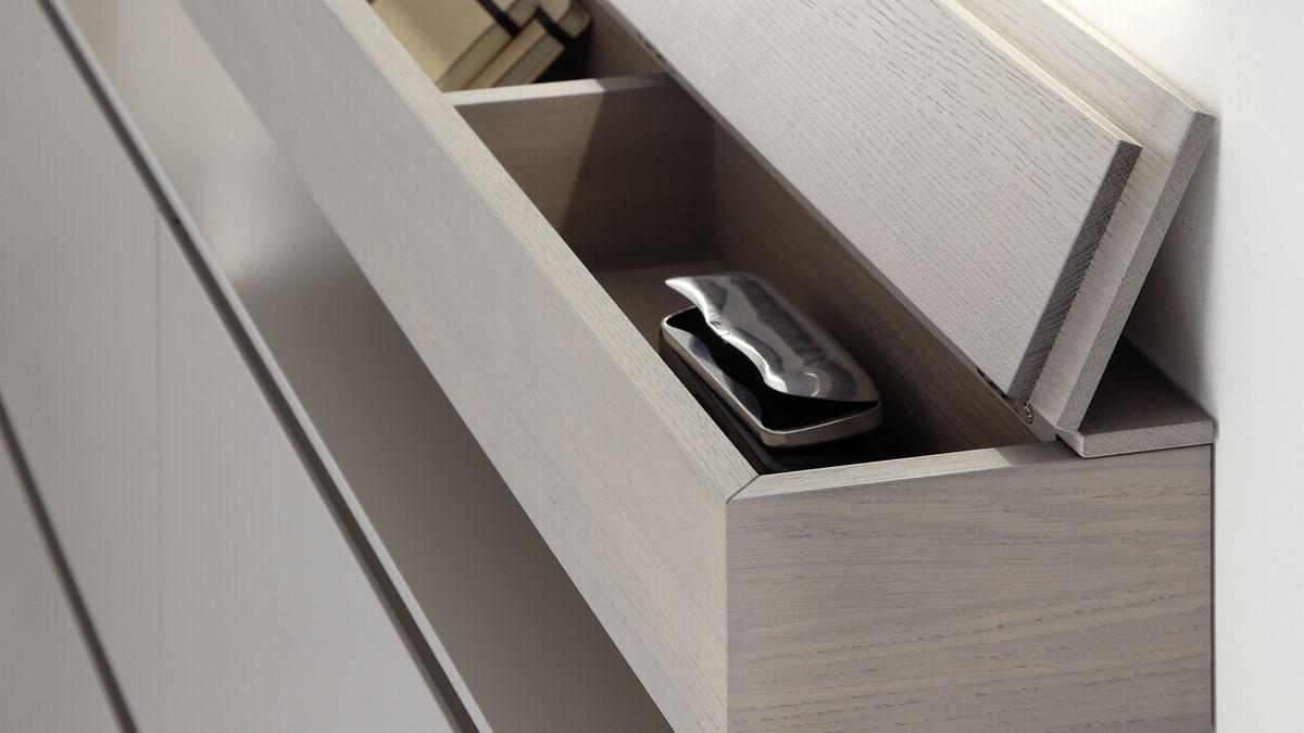 Die Sudbrock TANDO Ablage mit Klappe in der Ausführung Eiche sahara ist äußerst praktisch und bietet intelligenten Stauraum für Deinen Flur.