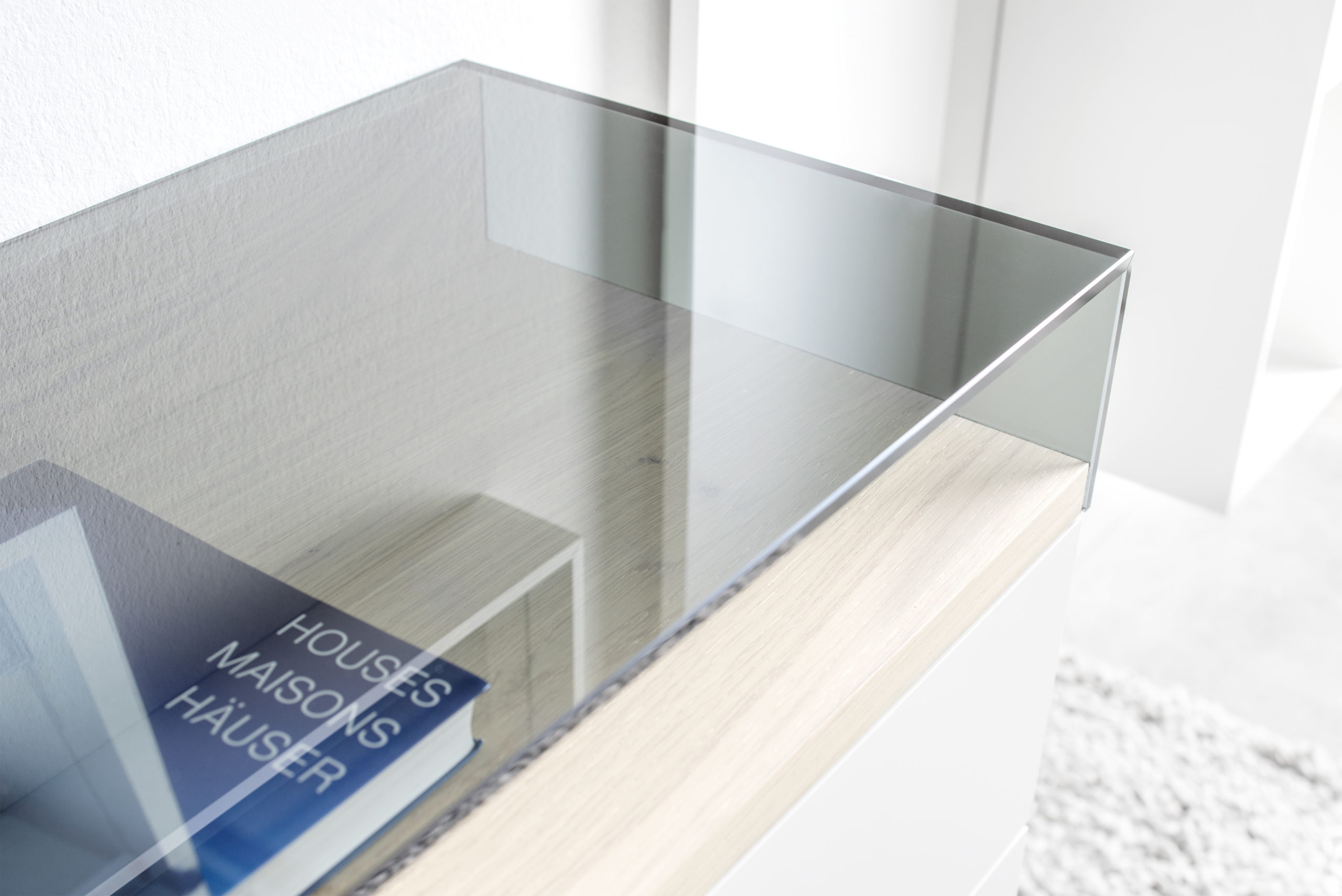 Sudbrock KAYA Garderobe 2 - Nahaufnahme von dem Glasaufsatz in Rauchglas, Abdeckblatt im natürlichen Holz-Akzent Eiche milk
