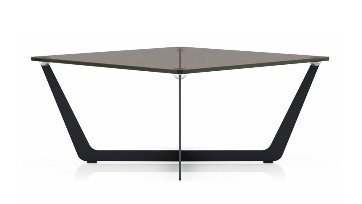 Einzelner hülsta SOLID Couchtisch mit Tischplatte aus Glas und Metall-Gestell.