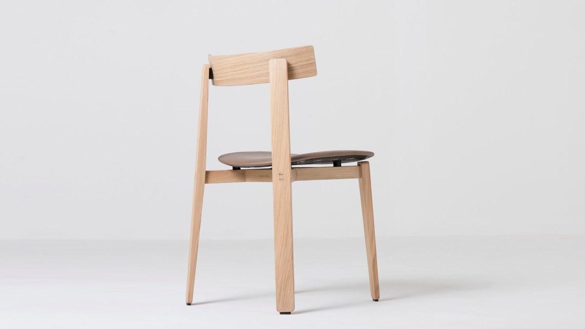 Der GAZZDA Nora Massivholz-Stuhl ist ein Plädoyer für den schlichten, minimalistischen Altag. Ein Stuhl reduziert auf das wesentliche. Und gerade deshalb sehr sexy