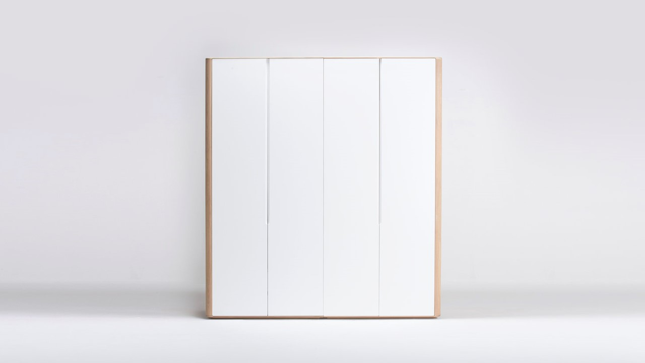 Der modulare GAZZDA Ena Kleiderschrank Kombination B begeistert als ein wunderschöner Massivholz-Kleiderschrank.
